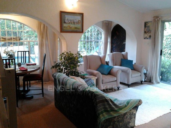 House in Vorna Valley - Cottage 2 Dining and lounge