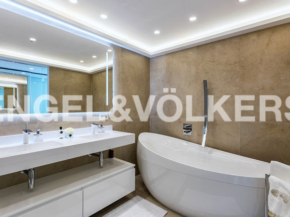 "Condominium in Marbella-Nueva Andalucía - Master bathroom ""first floor"""