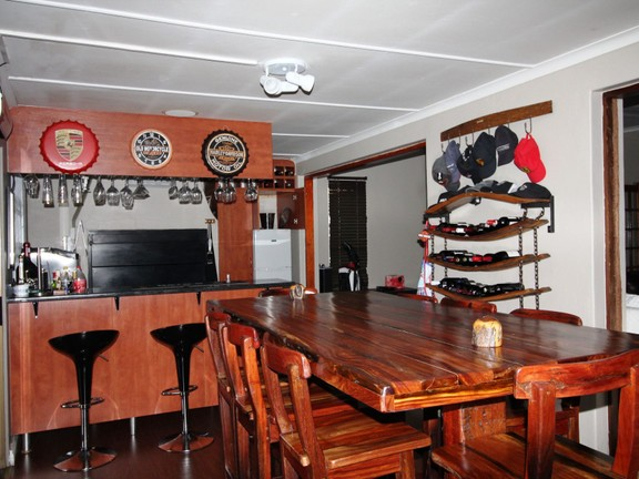 House in Vincent Heights - Entertainment area & bar