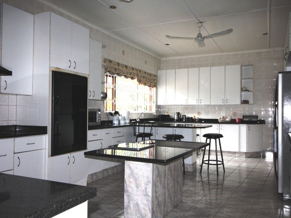 House in Vincent Heights - Kitchen with granite counter tops