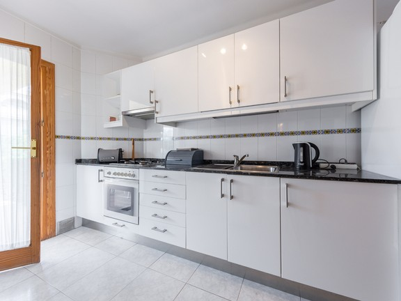 Condominium in Puerto Pollensa - Spacious fully fitted kitchen with adjacent laundry room, Puerto Pollensa, Mallorca