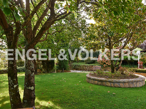 House in Ulía - Abundant vegetation in the gardens surrounded by forest