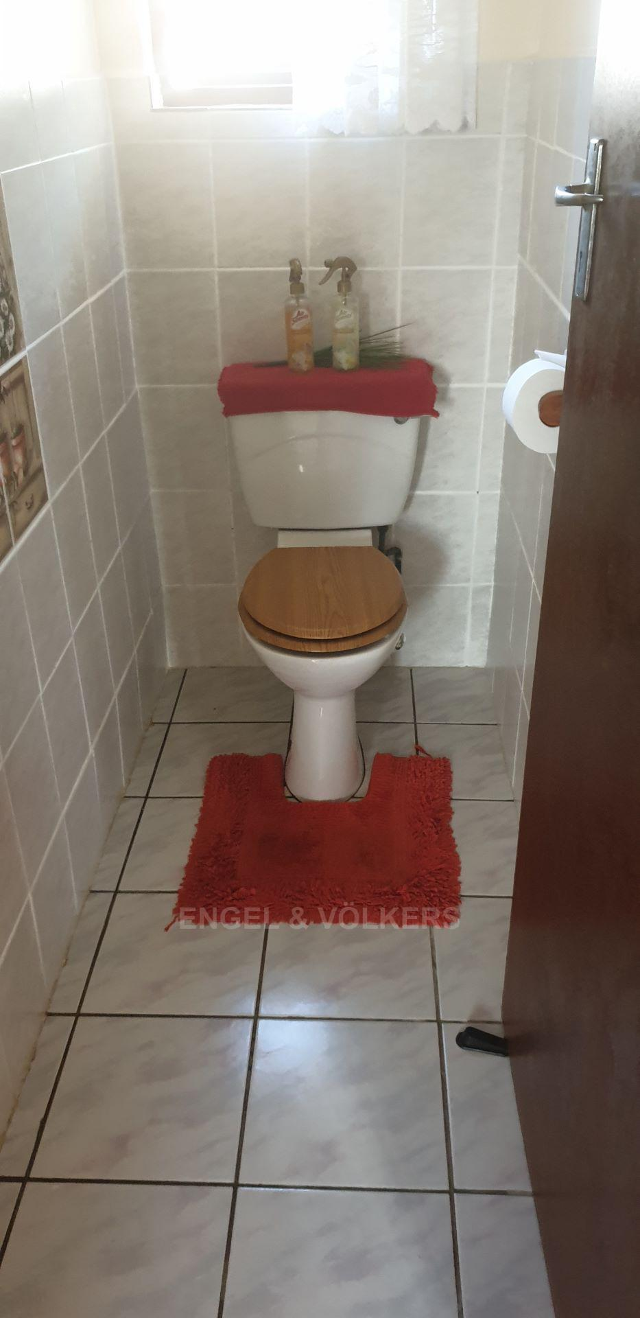 House in Uvongo - 010 - Guest toilet.jpg