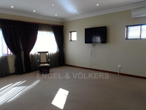 House in Waterkloof Boulevard - MASTER BEDRROM / 1 OF 4 BEDROOMS