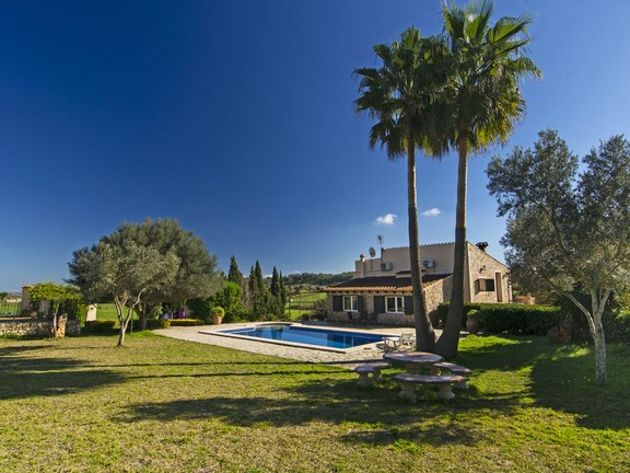 Country home with swimming pool in Sineu