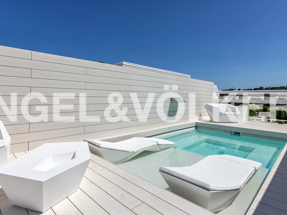 Condominium in Marbella-Nueva Andalucía - Jacuzzi with sun beds in the pool
