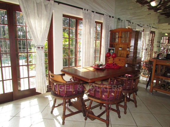 House in Uvongo - 004 Dining room.JPG
