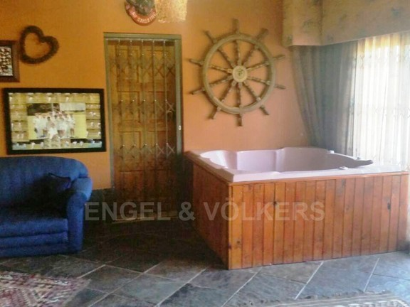 House in Waterkloof Ridge Ext - Jacuzzi in Bar Area