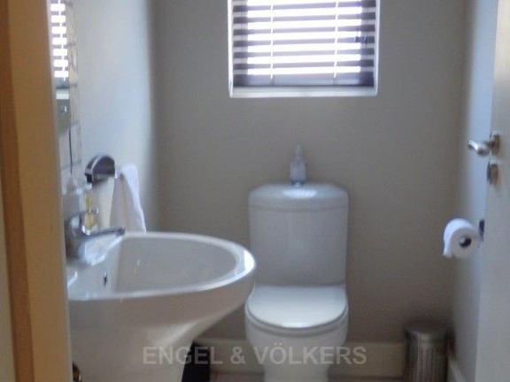 Apartment in Uvongo - 015_Guest_loo.JPG