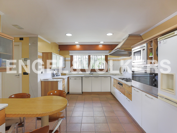 House in La Cañada - Kitchen and laundry with direct access to a back terrace
