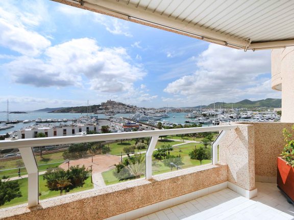 Elegant apartment with spacious terrace in Marina Botafoch