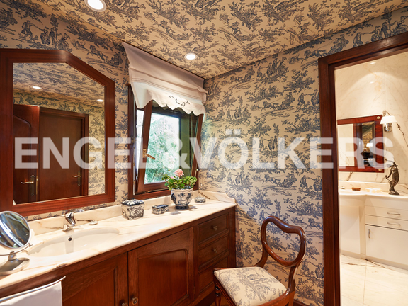 House in Jaizubia - Wash-dressing table and bathroom.
