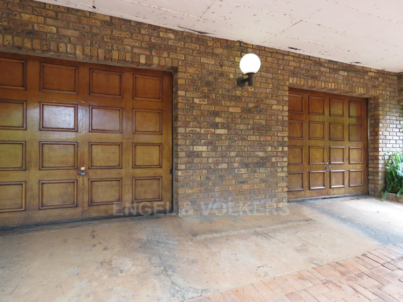 House in Schoemansville - double garage that parks 3/4 cars