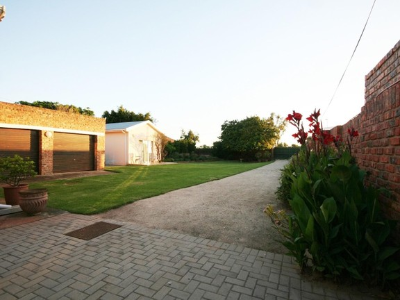 House in Redhouse - Double garage and flatlet