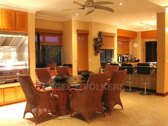 House in Westlake - Dining area with gas braai