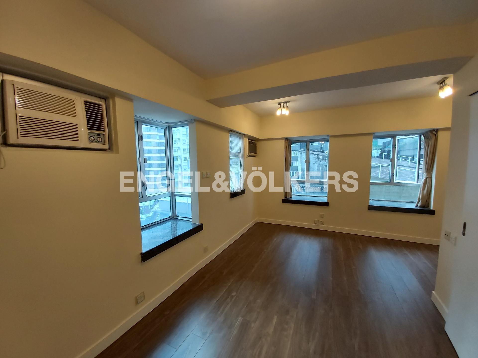 Apartment in Mid Level West - Windsor Court 衛城閣