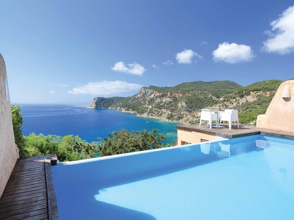 Spacious semi-detached house in top location in Es Cubells
