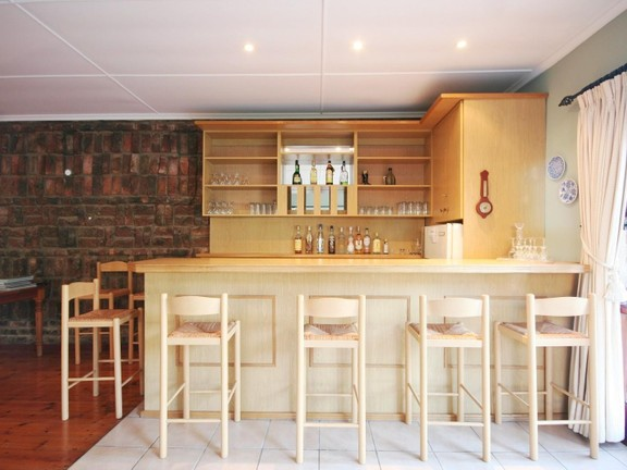 House in Redhouse - Gentleman's Bar & entertainment area