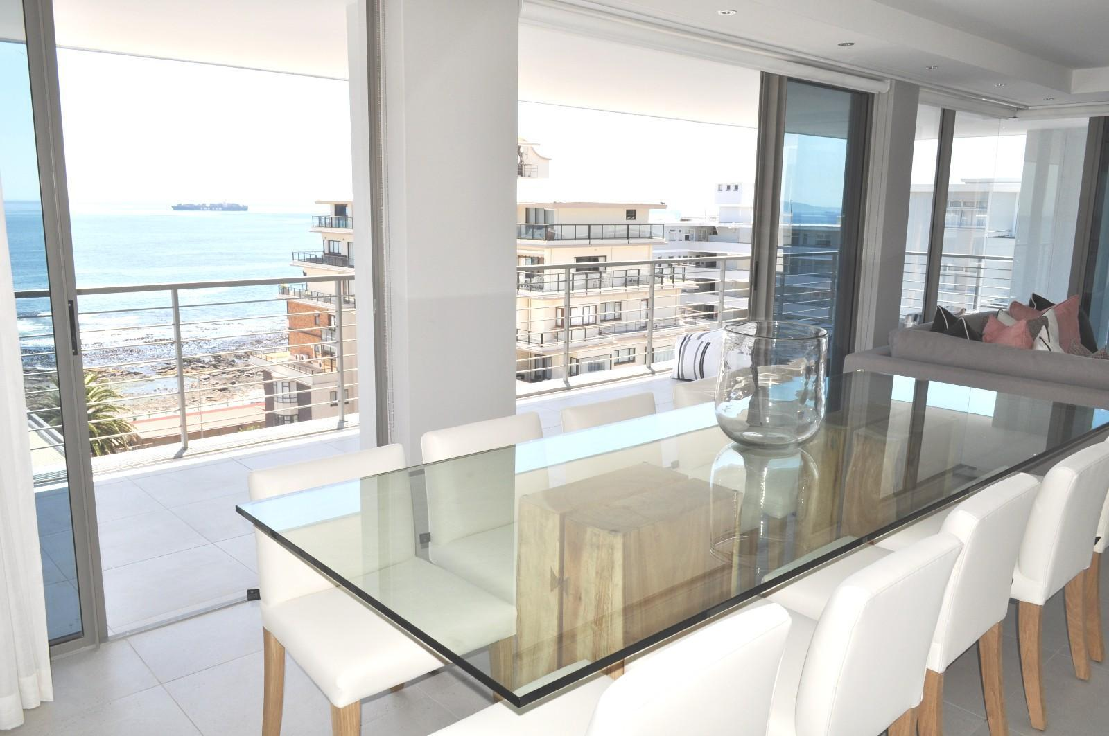 Apartment in Sea Point - Dining area with sea view