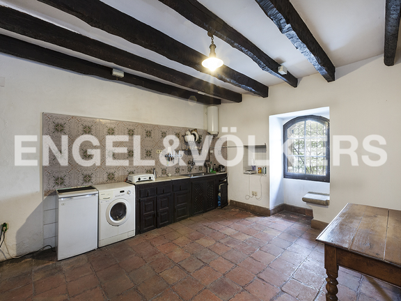 House in Hondarribia Norte - Wide kitchen in the underground with a view to the sea.