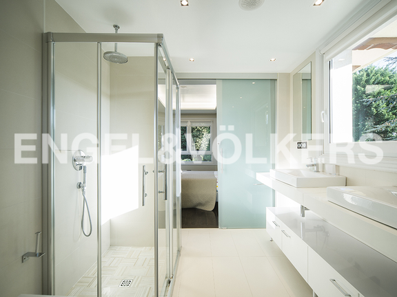 House in Igueldo - Bathroom with screens of shower and glass doors