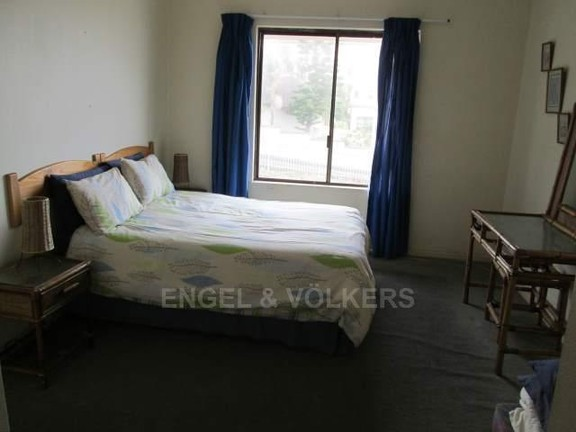 Apartment in Uvongo - 006_Main_bedroom_DjQr1SZ.JPG