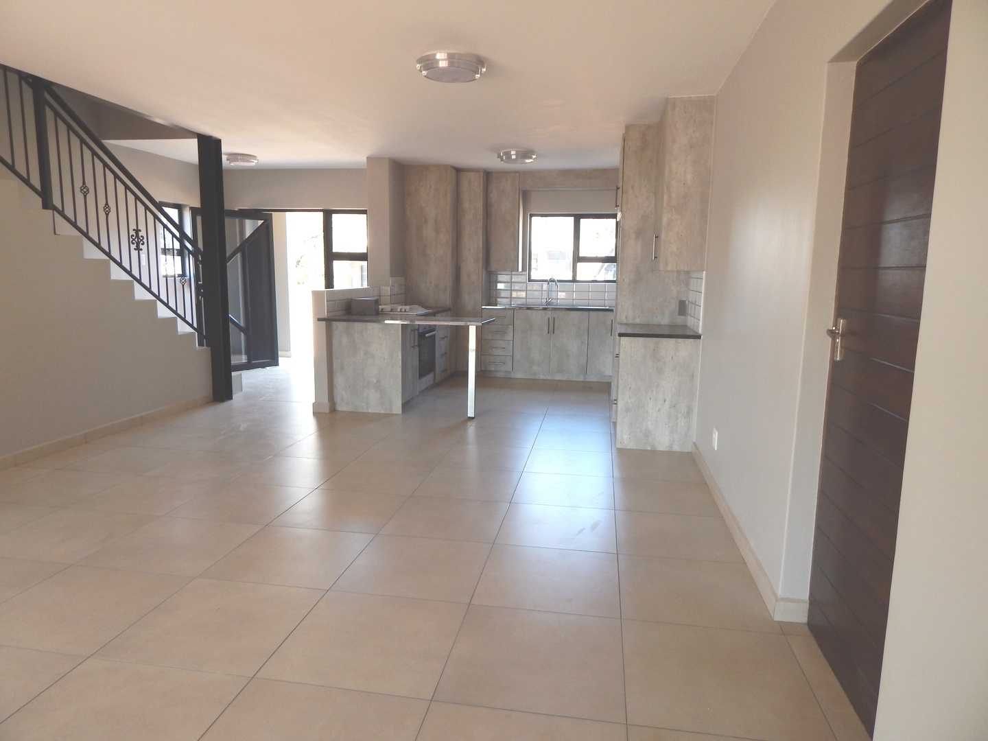 House in Leloko - Open plan living area to kitchen