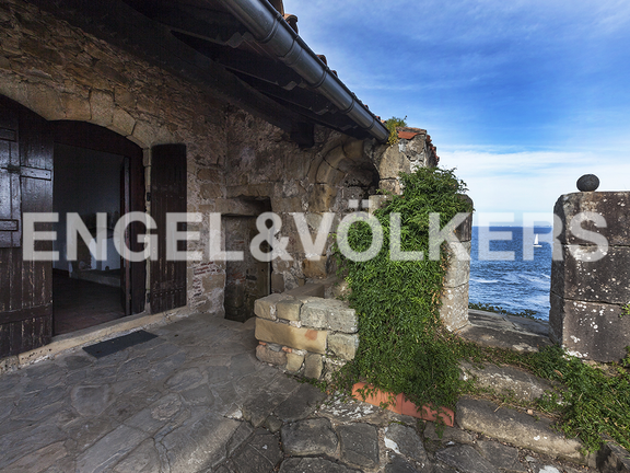 House in Hondarribia Norte - Terrace orientated towards the sea, where five cannons used to be located.
