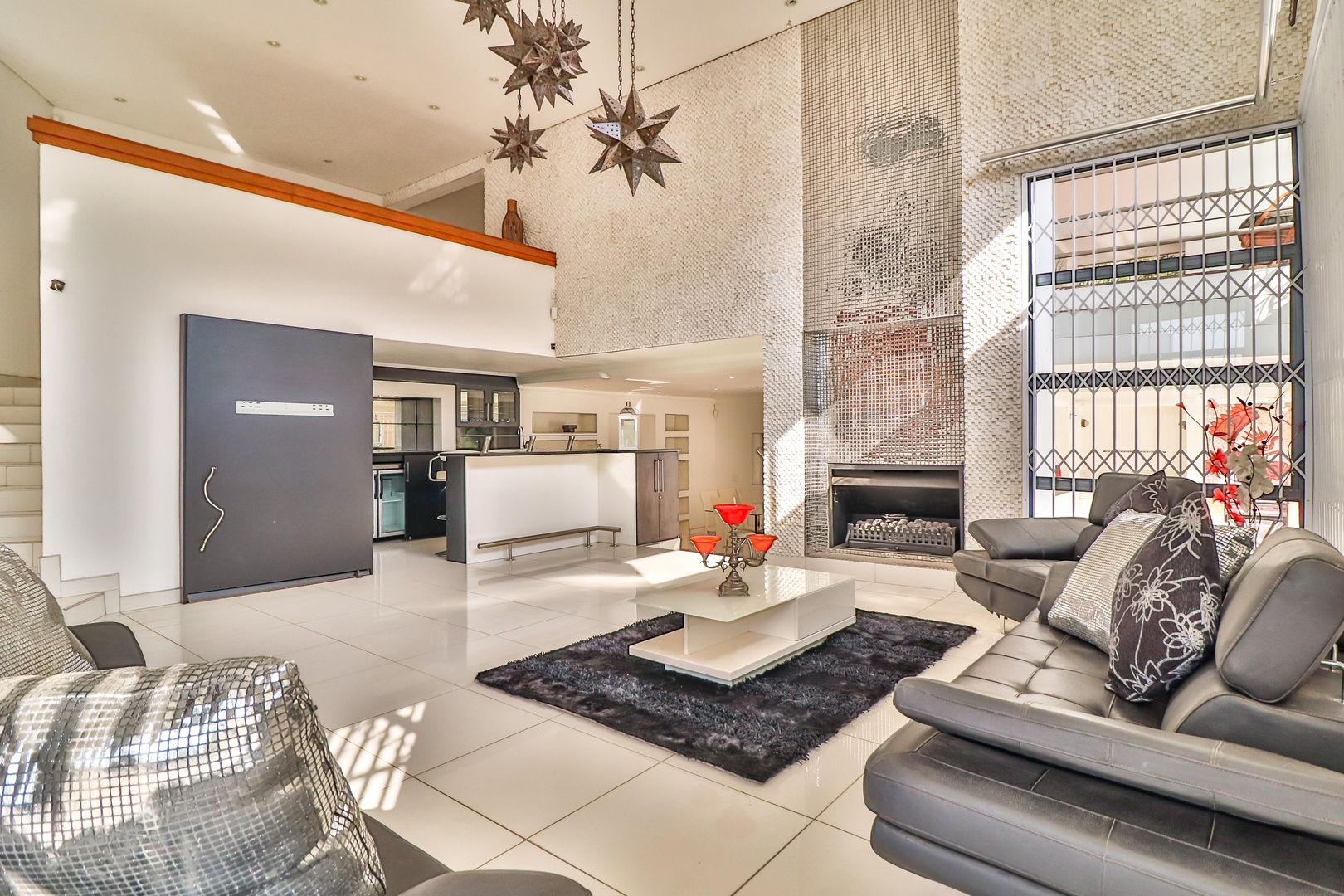 House in Kosmos Village - Integrated and open plan lounge and built-in bar area