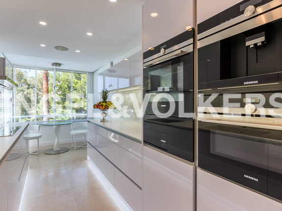 "Condominium in Marbella-Nueva Andalucía - Kitchen with ""top of the line"" appliances"