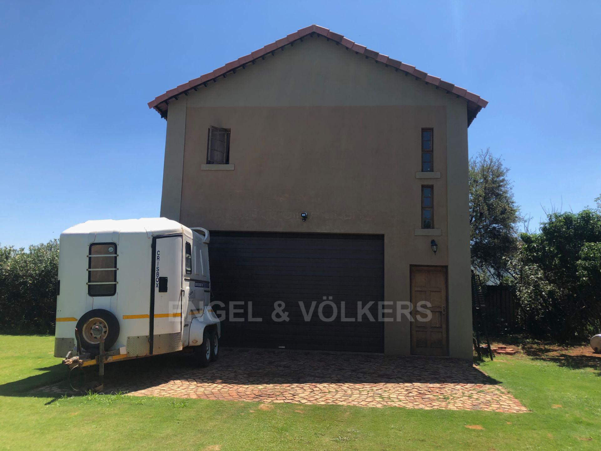 House in Magaliesview Estate - Double garage with one bedroom flatlet upstairs