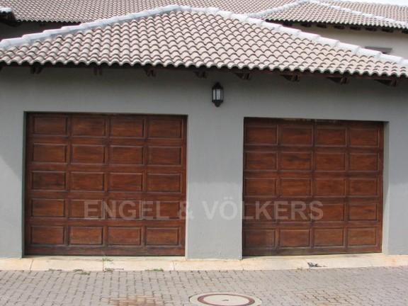 House in Melodie - Single garage in front of the main entrance of property