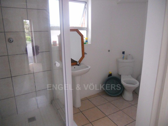House in Gonubie - Outdoor bathroom services two bedrooms