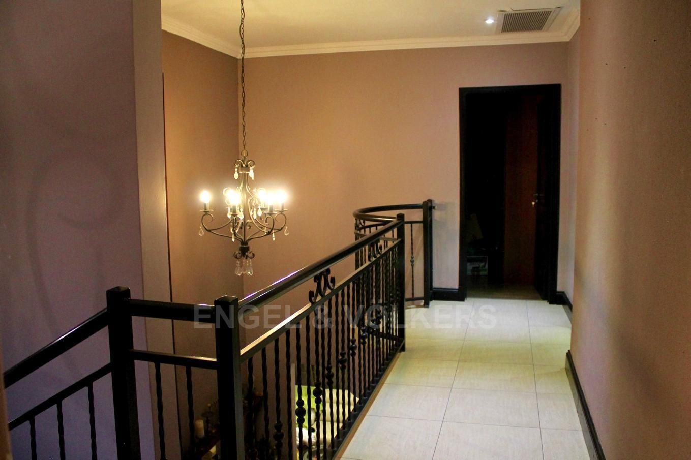 House in Westlake - Double volume staircase