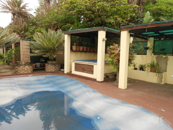 House in Hibberdene - 011_Swimming_Pool_and_Jacuzzi_1.JPG