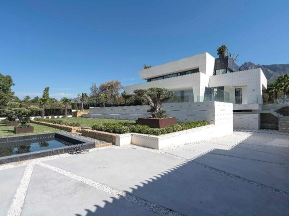 Villa for sale in Altos de Puente Romano Marbella Golden Mile