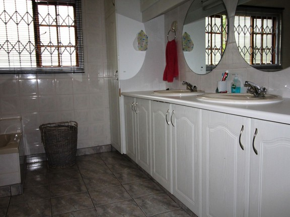House in Vincent Heights - Family Bathroom