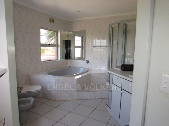House in Ramsgate - 013 - En-suite bathroom.JPG