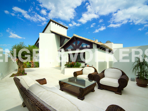 House in Estepona West - Visit our Engel&Völkers Shop in Guadalmina Alta