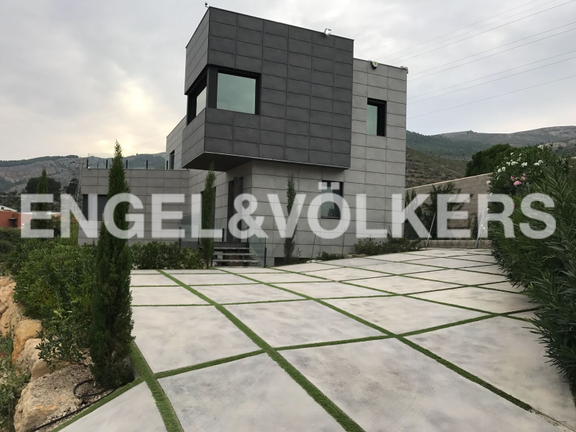 House in Valencia surroundings