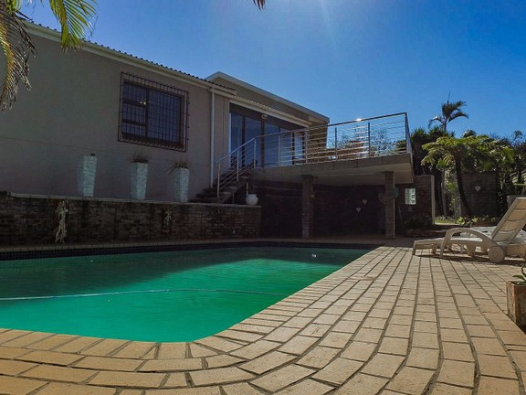 House in Vincent Heights - Balcony overlooking the Pool