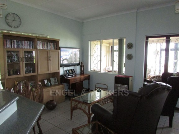 House in Uvongo - 005 Lounge.JPG