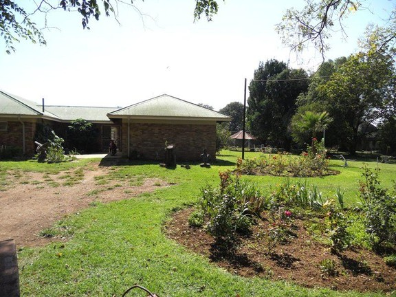 Land in Vyfhoek - Garden_and_main_house.jpg