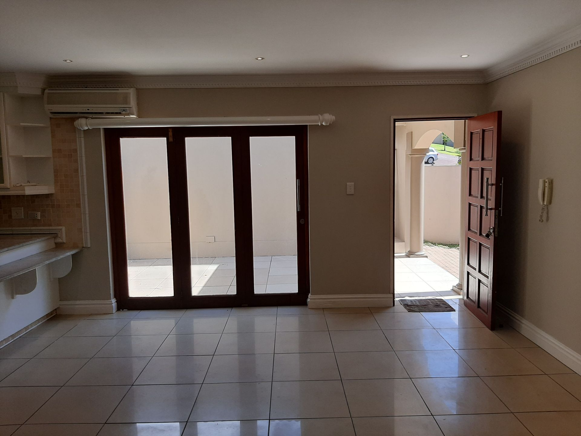 Apartment in Southbroom - Front door and dining area