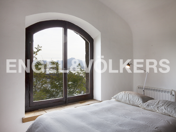 House in Hondarribia Norte - Windows with wooden frames overlooking the beautiful landscape.