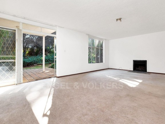 Condominium in Hyde Park - Lounge with fireplace and opening up to the garden
