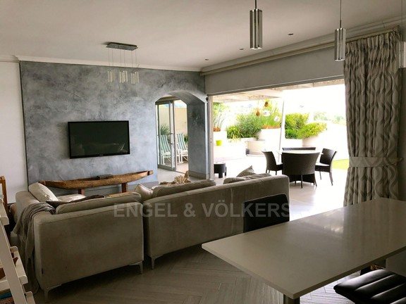 House in Waterkloof Ridge - 1 OF 4 LIVINGROOMS / MASTER SUITE
