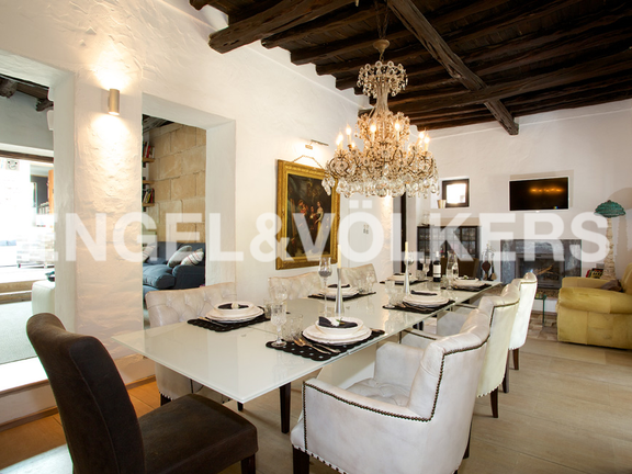 House in San Lorenzo - Dining room with fire place and traditional wooden ceilings