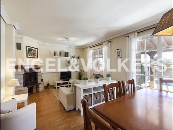 House in Jaizubia - Spacious living room with a fireplace