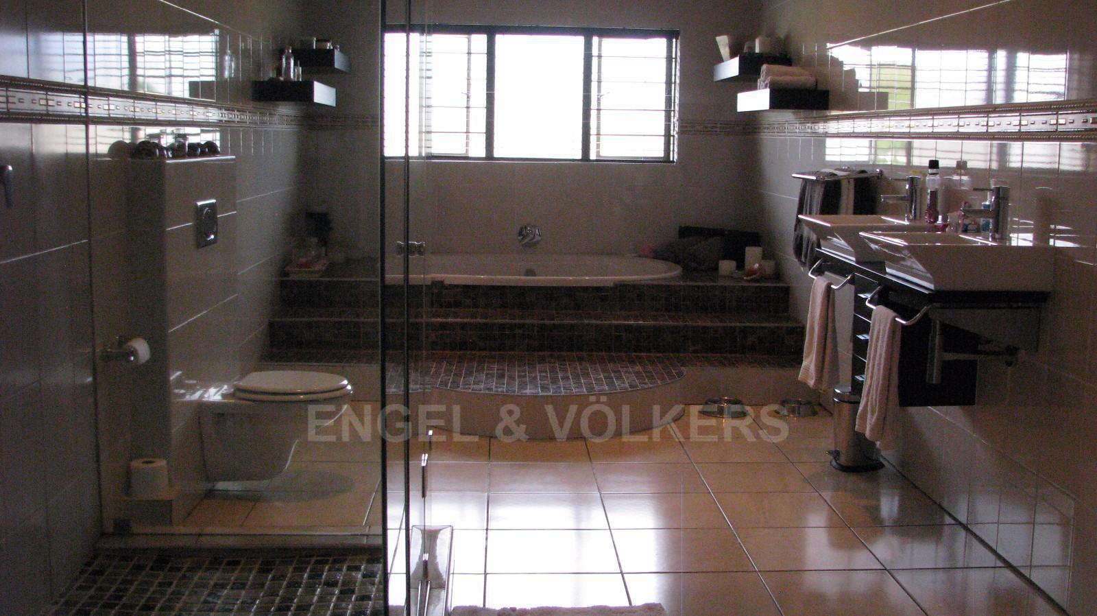 House in Melodie A/h - Main on-suite upstairs, shower, bath, double basins and toilet